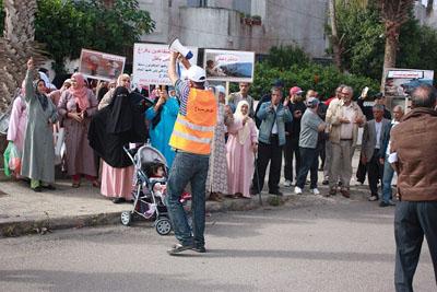 مسيرة داخل حي السككيين  و جسر بشري يعيقان تنفيذ حكم الافراغ