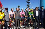 بالصور عامل الاقليم يشرف على توزيع دراجات هوائية على التلاميذ على هامش طواف المغرب للدراجات