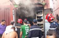 عاجل بالصور والفيديو النيران تلتهم محل تجاري بدرب بندريس بسبب شاحن كهربائي