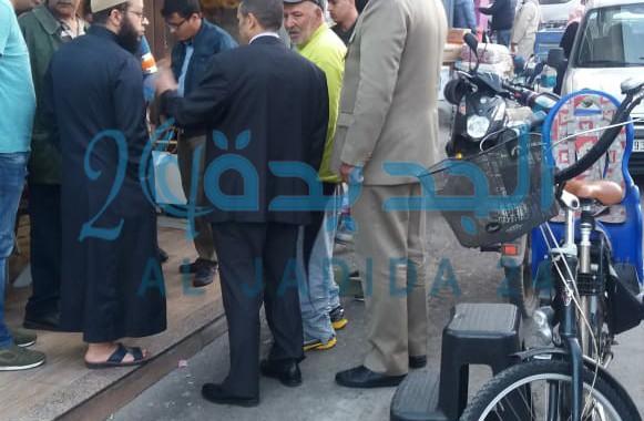 بالصور لازال قائد الملحقة الثانية يواصل حملته لتحرير الملك العمومي  في شارع الزرقطوني