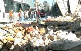 انهيار جدار ضخم في شارع محمد الخامس  بسبب أشغال الهدم  والحديث عن إصابة سيدة