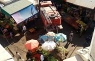 بالصور الباعة المتجولون في السوق القديم يعرقلون دخول شاحنة اطفاء الحريق